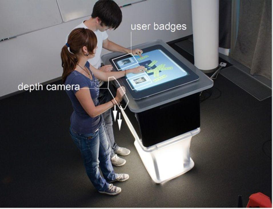 Bootstrapper  består av et databord, lys og kameraer som gjenkjenner brukernes fottøy. (Foto: Hasso Plattner Institut)