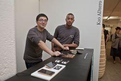 Den kinesiske teknologigründeren Jerry Lao (til venstre) har gått sammen med studenten Kieron-Scott Woodhouse om å få bambusmobilen ut i butikkene. (Foto: ADzero)