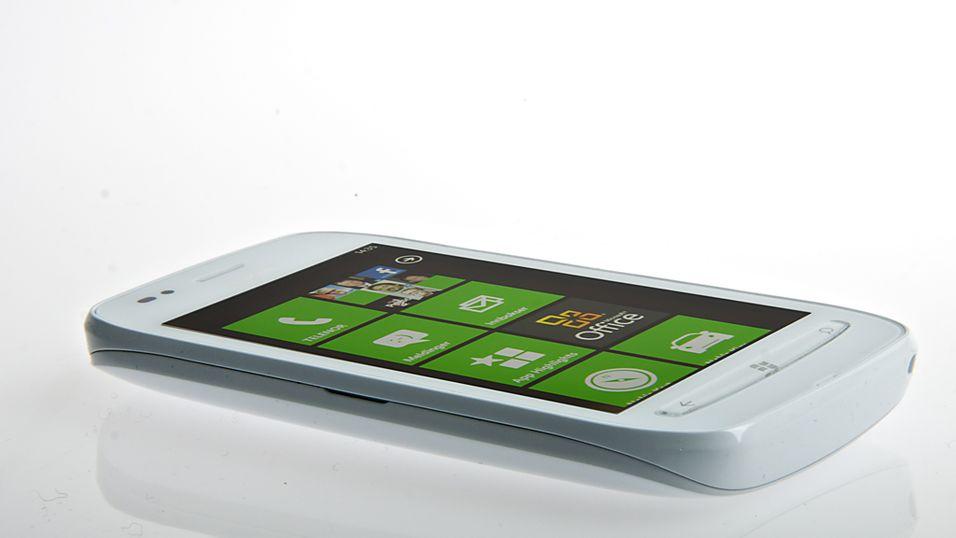 Nokia Lumia 710 er laget i billigere byggematerialer enn Lumia 800, og er noe enklere utstyrt, men ytelsen er like god. (Foto: Kurt Lekanger)