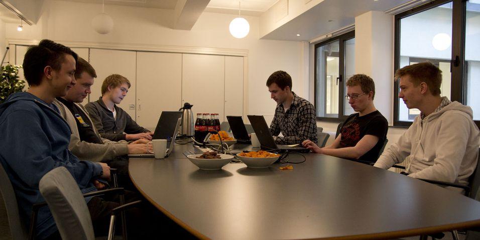Hele driftsgjengen er samlet, med utviklingssjef Amund Espelien øverst til høyre
