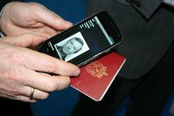 TrustNorway demonstrerer NFC-løsningen sin.