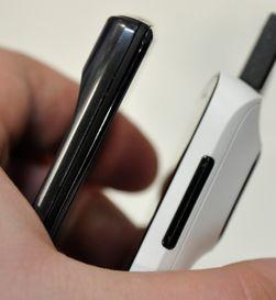 808 Pure View er ikke akkurat verdens tynneste telefon med sine 1,39 cm på strømpelesten. Her ved siden av Motorola Razr.