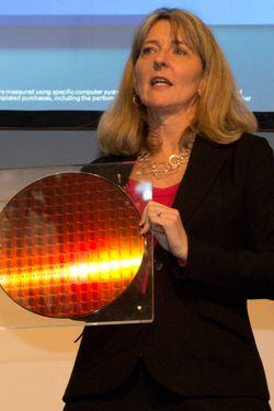 Lisa H. Graff, Vice President, General Manager Datacenter Platform Engineering Group hos Intel viser frem varene