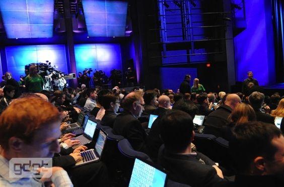Salen er fullstappet av forventningsfulle teknologijournalister. (Foto: gdgt.com)