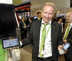 Frode Gretland i Doro Norge viser frem den nye telefonen, og Doro Experience på Samsung Galaxy Tab.
