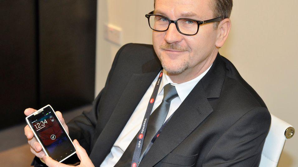 Ralph Gerbershagen er sjef for Motorolas satsing i Europa. Her med en hvit utgave av flaggskipet Razr. (Foto: Finn Jarle Kvalheim)