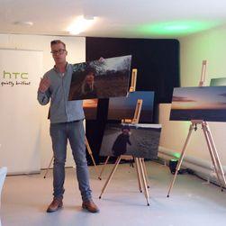 Her viser fotografen frem bilder han har tatt med mobilkameraet på HTC One X.