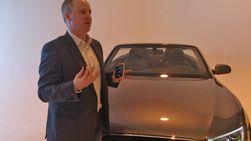 Wheeler demonstrerte også hvordan den nye HTC One X automatisk kan tilpasse seg bruk i bil. I tillegg ble telefonen koblet til mobilens musikkanlegg via en bluetooth-dings.