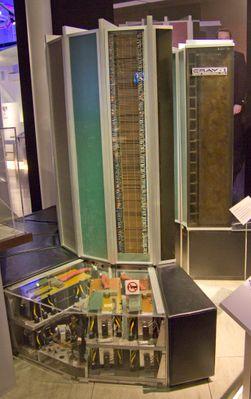 Cray-1 blir regnet som verdens første superdatamaskin. Den hadde et ganske supert strømforbruk på 115 kW. Hele sofasetet som går rundt tårnene er én stor strømforsyning.