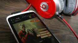 Vi anbefaler at du bytter ut de medfølgende øreproppene med noe som er bedre. På bildet et par Beats-hodetelefoner.