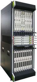 Her kan man se syv stk 200G IP line card av typen 2x100Gbps i øverste rekke.
