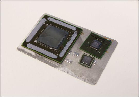 Grafikkprosessorer er små saker. Kjernen til GeForce GTX 480 til venstre, Tegra 3 i to varianter til høyre.