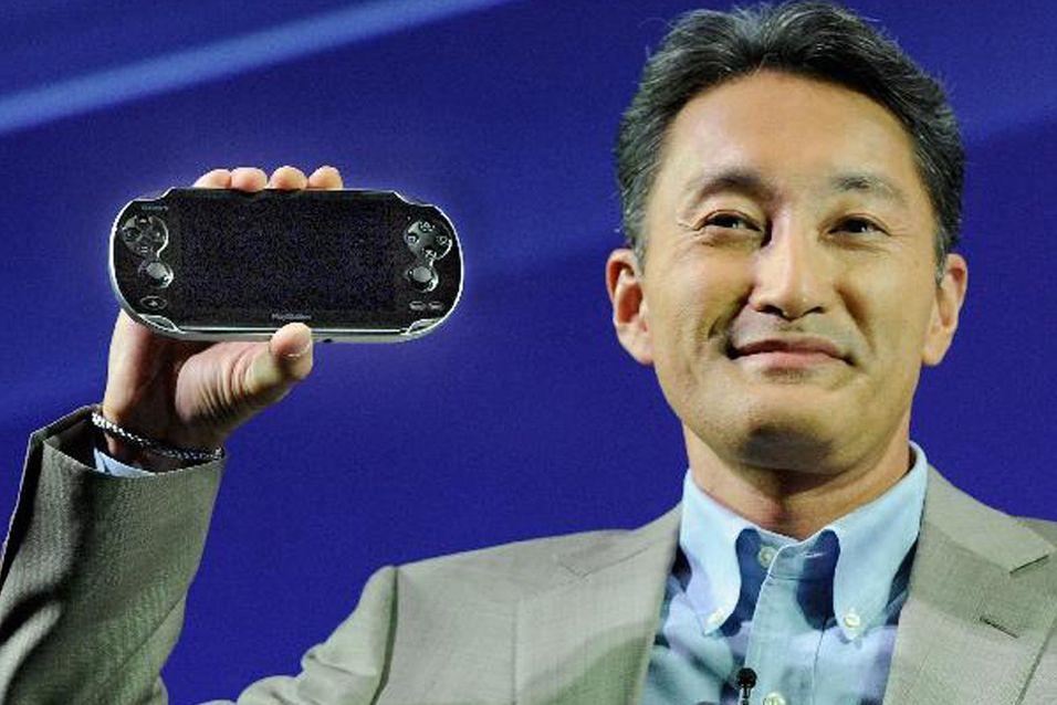 Sonys konsernsjef Kazuo Hirai, her poserende med en PlayStation Vita. Foto: Tokyoship/Wikimedia Commons