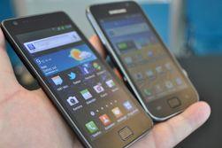 De to forløperne, Galaxy S II og Galaxy S ved siden av hverandre. Begge ble store suksesser for Samsung.