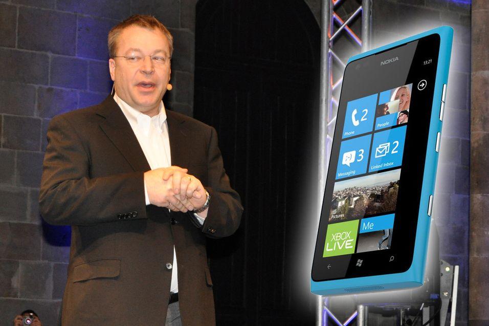 Her forteller Nokia-sjef Stephen Elop om den kommende snuoperasjonen. Bildet er fra Mobile World Congress i 2011.