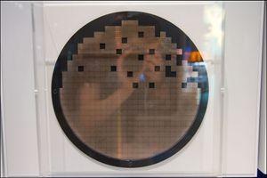 Kjernen i et grafikkkort produseres på store plater, her er de dårlige luket vekk.