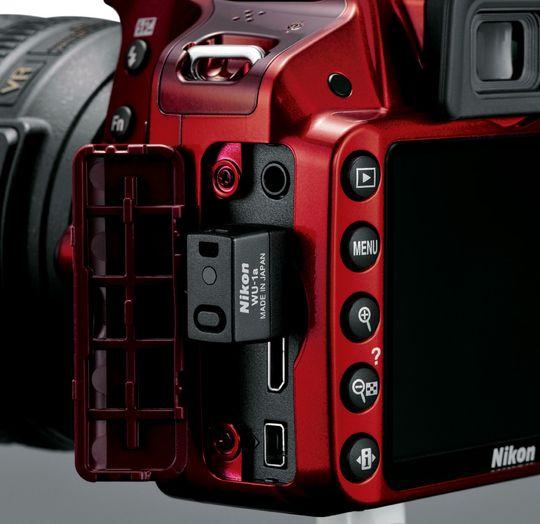 Wifimodulen WU-1a festes i en port på kameraets venstre side.