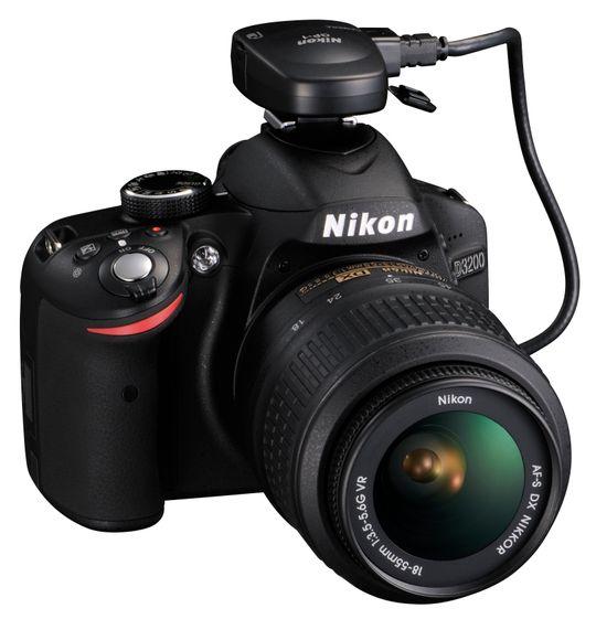 D3200 ned Nikons GPS-modul i blitsskoen.