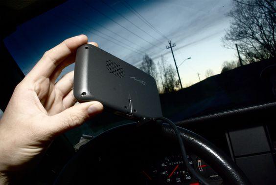 På baksiden er det en høyttaler som er noe mindre enn det vi finner i TomToms nyere GPS-er. (Foto: Einar Eriksen)