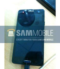 Ett av mange bilder som skal vise Galaxy S3 i et midlertidig deksel. Det er mulig at dekselet det er snakk om er det som er synlig langs hjørnene på skjermen.