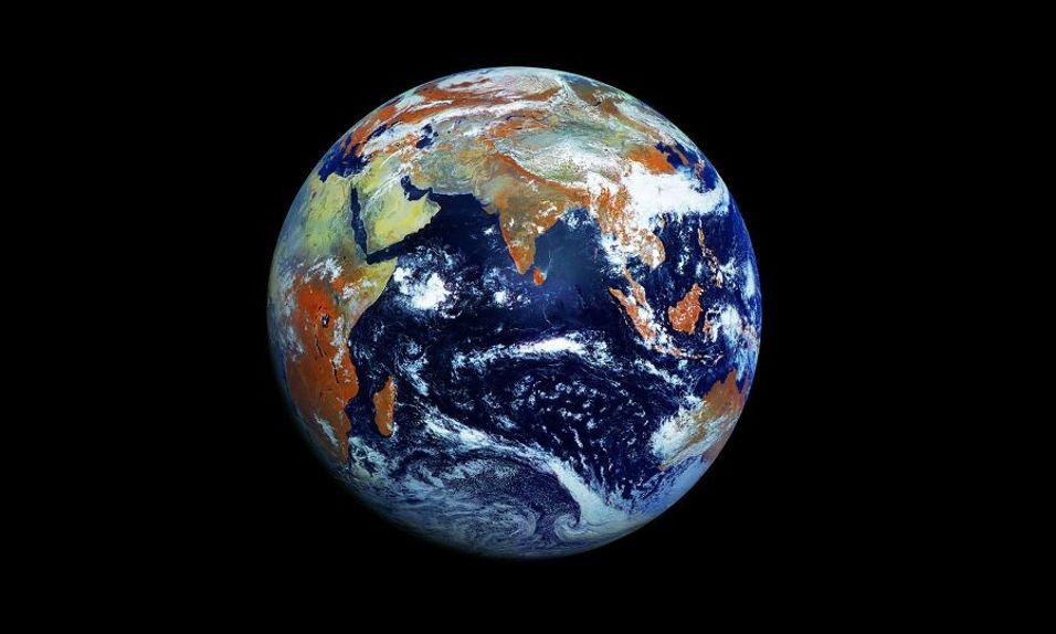 Fotografiet på 121 megapiksler er tatt av den russiske værsatellitten Electro-L. Satellitten har knipset hele jorden fra en høyde på 36.000 kilometer, og har fanget lyset i fire forskjellige bølgelengder. Det infrarøde lyset er forklaringen på hvorfor vegetasjonen ser orange ut. Foto: Electro-L (NTs OMZ)
