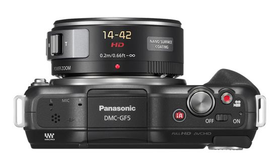 Når kameraet slås av trekkes objektivet inn. Da blir GF5 relativt kompakt.