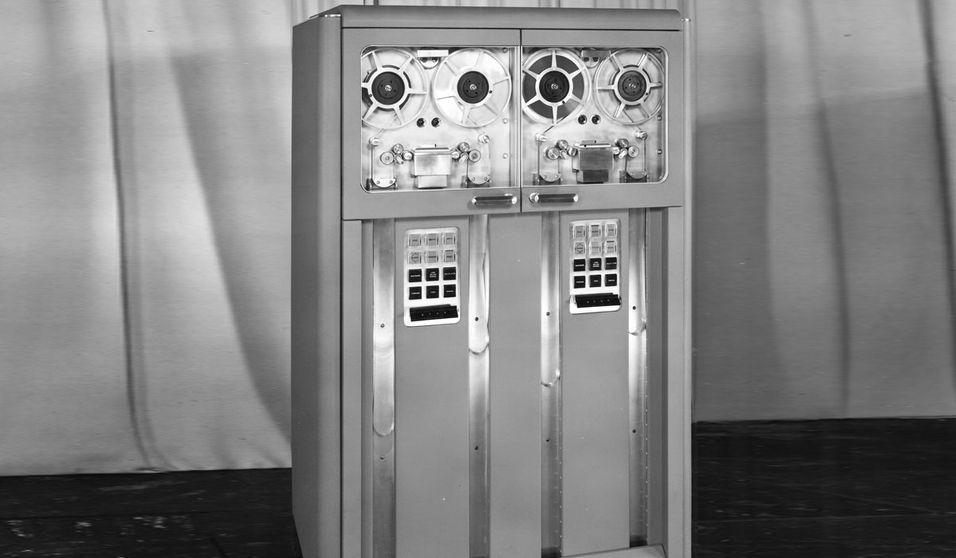 Den første standardiserte båndmaskinen, IBM 726. Bilde: IBM