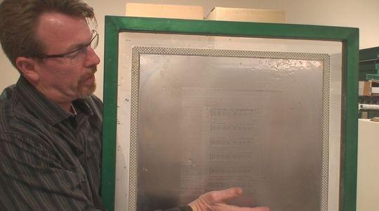 Robert Pearce holder frem en maske som brukes til å produsere minnemoduler.