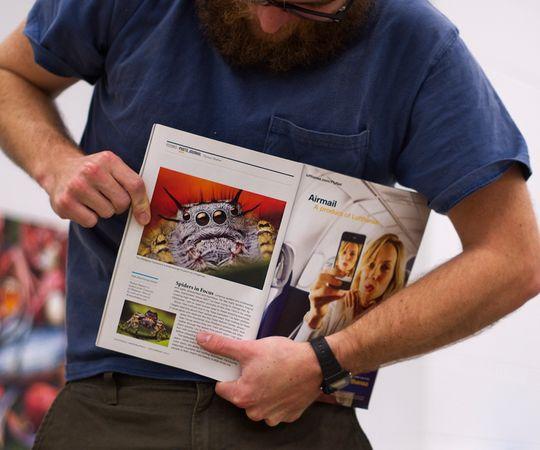 Thomas viser frem sitt bidrag til National Geographic.