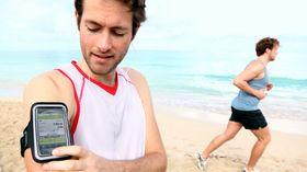 Med et armbånd som dette er det enkelt å ha med seg mobilen på trening, og mange av armbåndene beskytter også mot fuktighet.