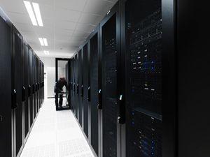 De 6000 serverne befinner seg på 6 forskjellige steder, og i tre land.