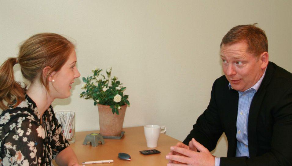 Trond Rasmussen intervjuer Malin Holst. Noen dager senere var hun ansatt hos en heldig kunde, forteller han.