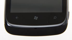 Nederst finner du de tre vanlige Windows Phone-knappene, som er av berøringstypen.