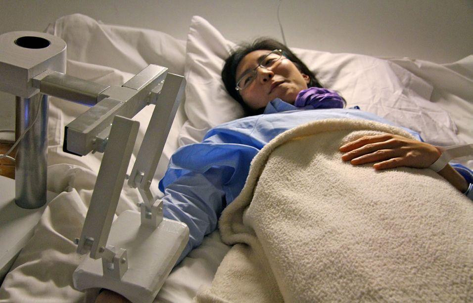 Last Moment Robot skal trøste døende. Denne personen ser imidlertid ganske frisk ut.