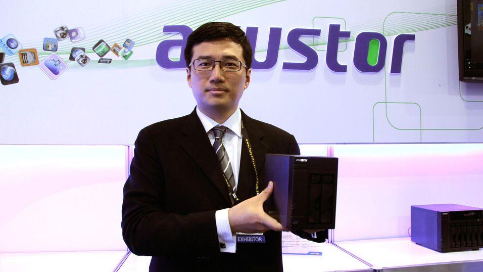 Allen Yen i Asustor holder opp en AS-602T.