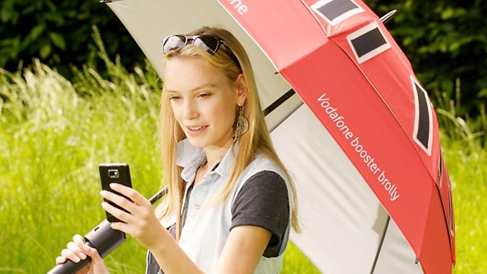 Booster Brolly-paraplyen lader mobiltelefonen din via solceller og gir deg samtidig bedre dekning på mobilen.