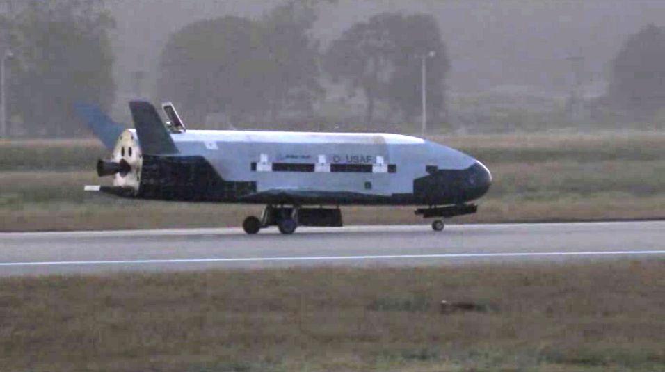 HEMMELIG OPPDRAG: Det ubemannede, eksperimentelle romskipet X-37B lander her på Vandenberg Air Force Base i California etter 15 måneder i rommet. Hva skipet har gjort i bane rundt jorden, er det ytterst få som har kjennskap til.