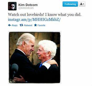 På et av bildene Dotcom har lagt ut ser man den amerikanske visepresidenten Joe Biden omfavne MPAA-sjefen Chris Dodd. Antageligvis er han ikke stor fan av noen av dem.