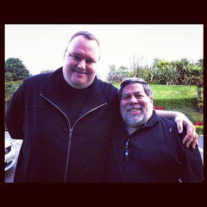 Kim Dotcom sammen med Apple-gründeren Steve Wozniak. Akkurat når bildet er tatt er ikke sikkert, men Dotcom skriver at Woz var på besøk hos han mens han satt i husarrest.
