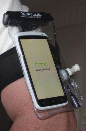 """Dry Case lar deg """"vakumpakke"""" mobiltelefonen, og for eksempel feste den på armen som her."""
