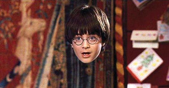 Harry Potter, her i Daniel Radcliffes skikkelse, med en usynlighetskappe.