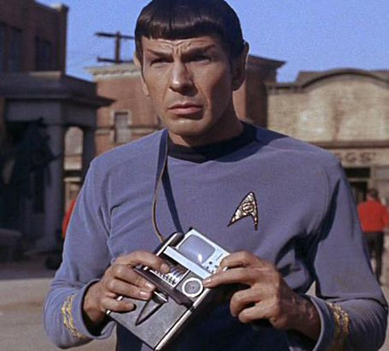 Spock (Leonard Nimoy) med en tricorder.