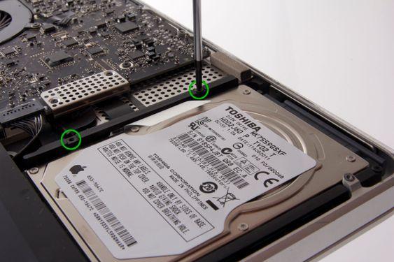 For å fjerne harddisken må du først skru løs to skruer.