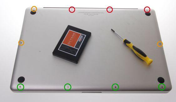 Skruene på baksiden av MacBooken er forskjellige, så pass på hvor du legger de, så du ikke setter de inn feil.