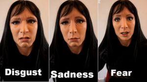 Androiden viser ulike ansiktsuttrykk.