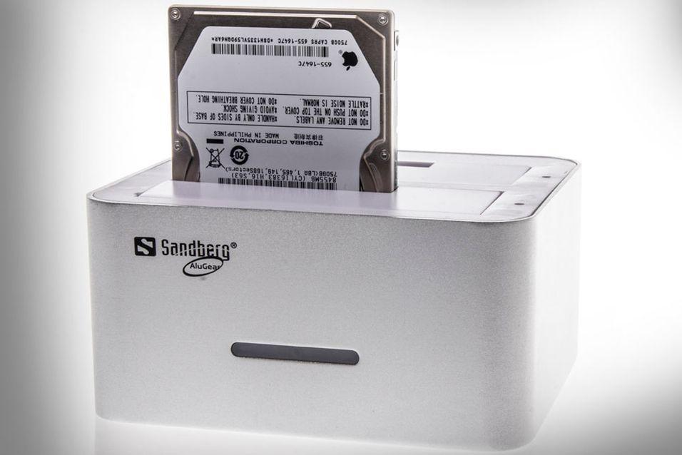 Et trykk på baksiden er alt som skal til for at harddisken skal klones.