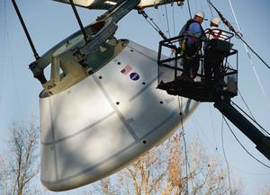 HARD LANDING: NASA tester hvordan Orion tåler landingen i vann under ekstreme forhold i et basseng ved Langley Research Center i Hampton i Virginia. Se video av testen lenger ned i artikkelen.