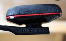 På siden av øreklokkene er det blant annet knapper for volumstyring.