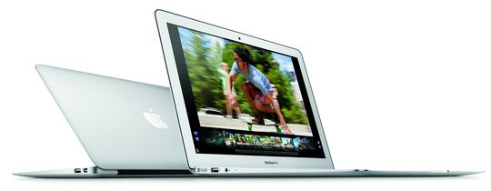 13,3-tommers MacBook Air, med ryggen mot sin 11,6-tommers lillebror.