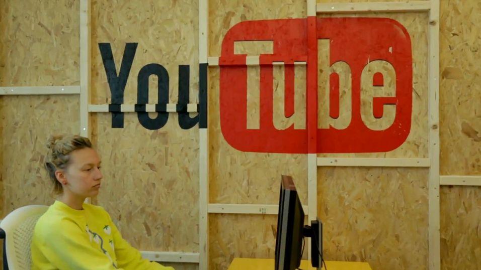Bak denne veggen venter et filmstudio, lydstudio og redigeringsrom for kreative YouTube-brukere.